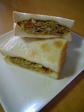 キャベツとベーコンのカレーサンドイッチ