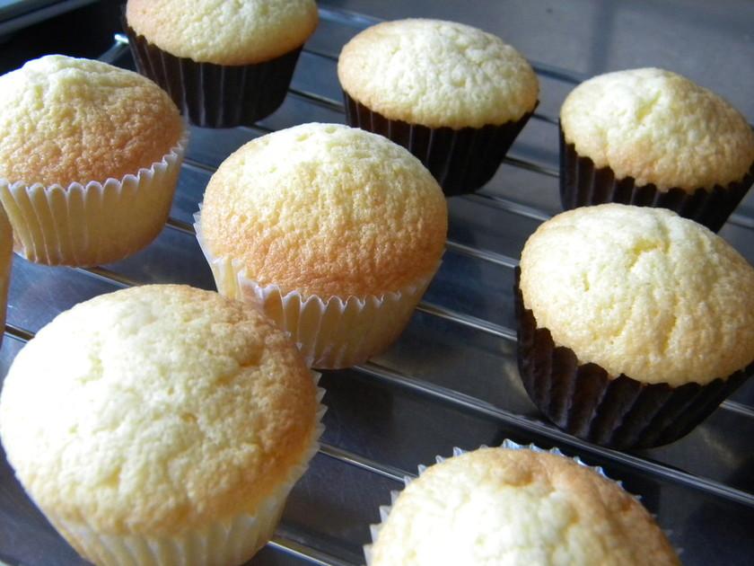ふたくちで食べるミニカップケーキ