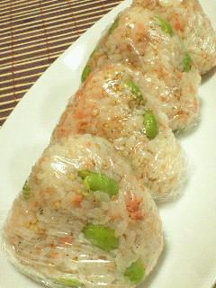お弁当に夜食に★枝豆と鮭のおにぎり