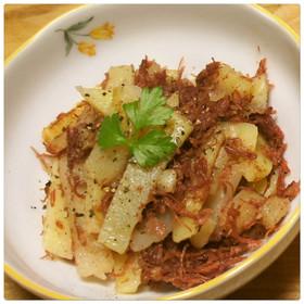 ジャガイモとコーンビーフの黒胡椒炒め