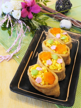 炒り玉子とお花飾りのお稲荷さん