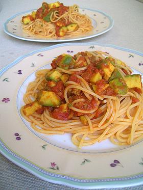 アボカドのトマトソースパスタ