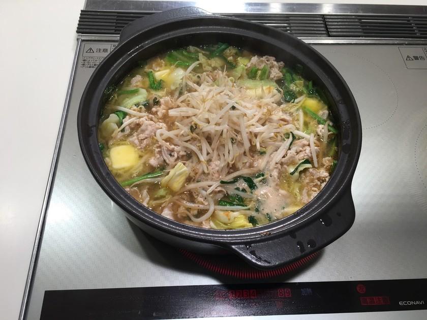 〆はラーメン!豚バラの味噌バター鍋