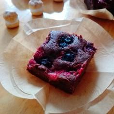簡単*たっぷりベリーの濃厚チョコケーキ