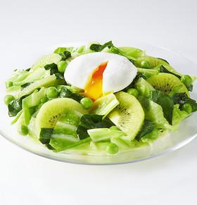 キャベツとキウイと半熟卵のパワーサラダ