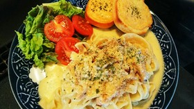ロティサリーチキンのチーズソースパスタ