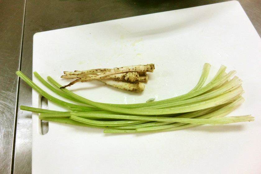 農家直伝 八尾若ごぼうの下処理(軸・根)