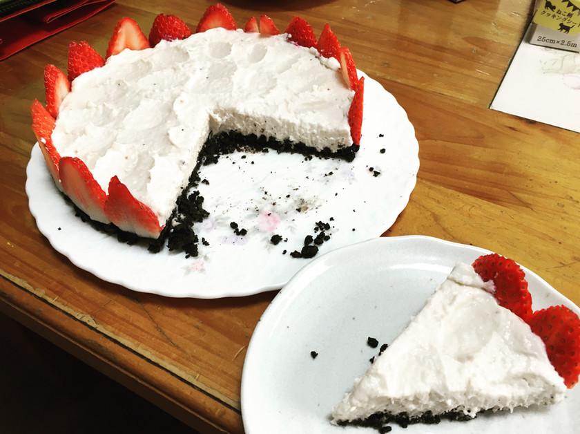 オレオクッキーで作る苺のレアチーズケーキ