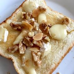 カマンベールとナッツのハニートースト