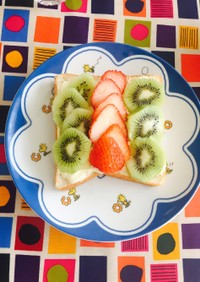 簡単可愛い朝食★食パン旬のフルーツのせ♩
