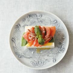 冷やっこ トマトのアンチョビ、バジル風味のっけ