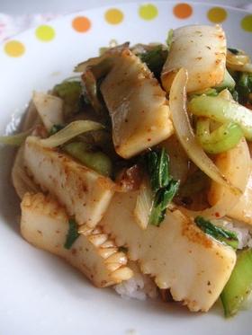 キムチ鍋の基でイカと青梗菜のキムチ炒め丼
