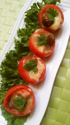 丸ごとトマトでミートボールチーズ焼き