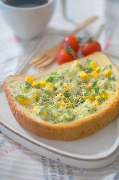 セロリ葉とコーン、じゃこのチーズトースト