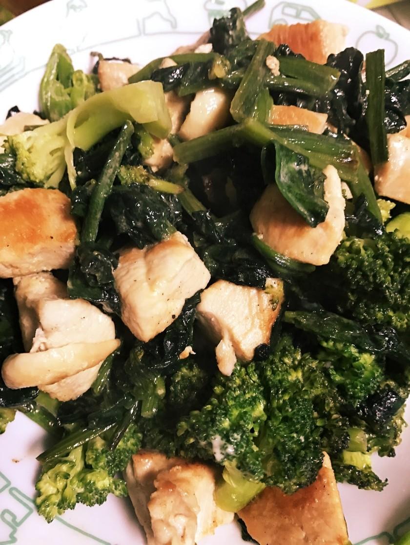 ムネ肉とブロッコリーほうれん草のマヨ炒め