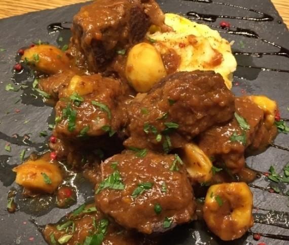 【ジビエ】猪もも肉と栗の赤ワイン煮込み