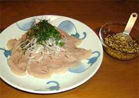 ゆで豚を香味たれで召し上がれ。