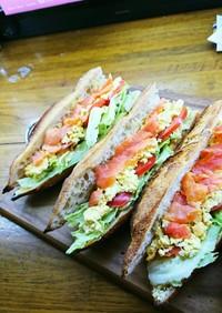具沢山野菜スモークサーモン卵サンドイッチ