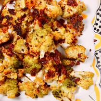 ロマネスコのオーブン焼き、タヒーニヨーグルトソース