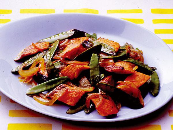 鮭ときぬさやのピリ辛炒め
