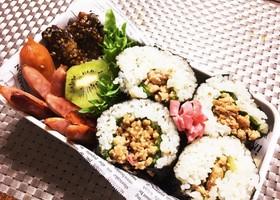 息子弁当・焼き鳥のタレの鶏ひき肉巻き寿司