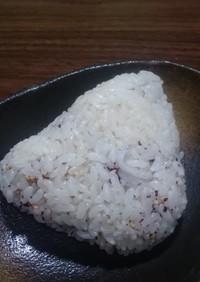 ゆかりとゴマ、シラスの胚芽米おにぎり