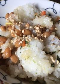 納豆とおにぎり丸(ビビンバ)のご飯