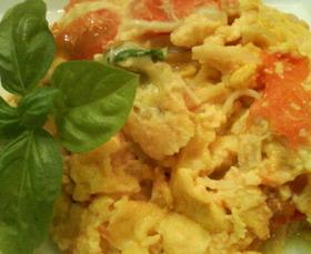 バジルとトマトのチーズスクランブルエッグ
