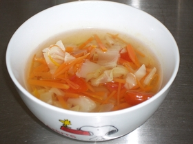 鍋に入れるだけのキャベツとトマトのスープ