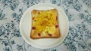 パンにチーズカレースクランブルエッグの写真