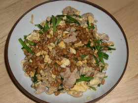 納豆とニラと豚肉の卵炒め(^O^)