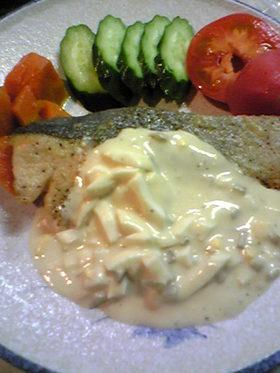 鮭のムニエル、ホワイトソースでタルタル風