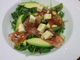 アボガド、ベーコン、松の実サラダ