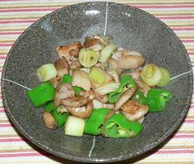 鶏皮と万願寺唐辛子の塩炒り