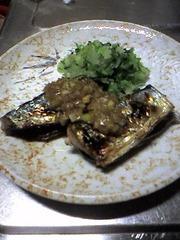 香味じょうゆで食べる焼き秋刀魚の写真