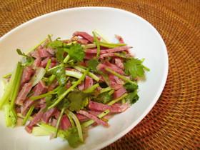 スモーク牛タンのパクチーサラダ