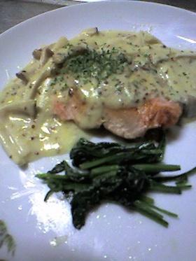 クリームソースで食べる鮭のソテー
