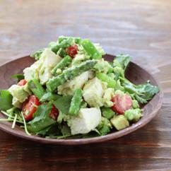 アスパラガスとゆで鶏のアボカドサラダ
