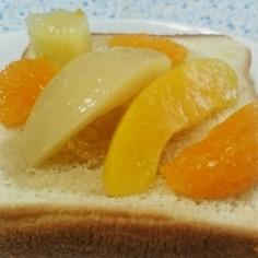 簡単!蜂蜜トーストにフルーツをのせるだけ