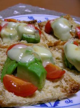 アボカドとトマトの油揚げピザ
