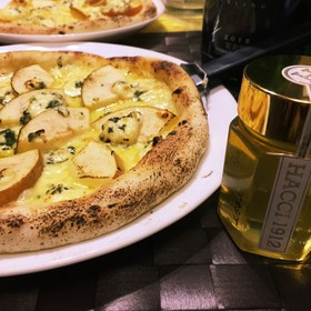薄力粉で、ゴルゴンゾーラとりんごのピザ