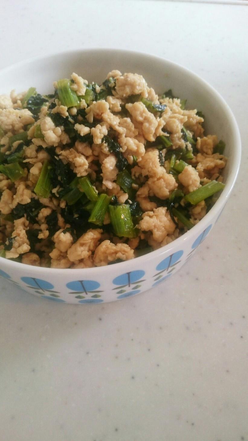 鶏そぼろの小松菜炒め