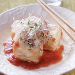 揚げ豆腐と香味野菜の梅ソース添え