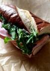 ハムとブルーベリージャムのサンドイッチ