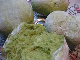 きれいな緑のバジルパン