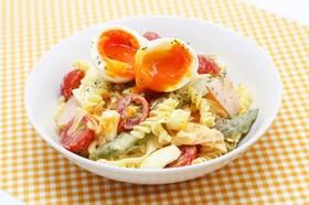 彩り野菜と半熟たまごのパスタサラダ