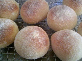 柿酵母で甘納豆入りパン