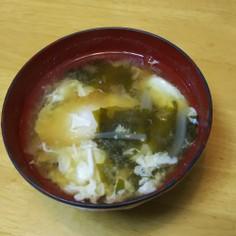 玉ねぎとワカメと落とし卵の味噌汁