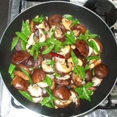 椎茸とキヌサヤのガーリック炒め