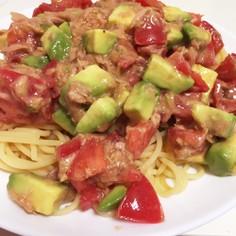 トマトとアボガドとツナの冷製サラダパスタ